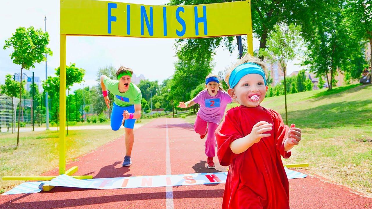 Cinq Enfants histoires drôles de jouets avec des costumes pour enfants