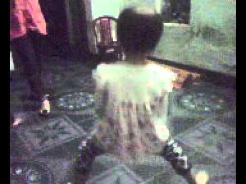 bé gái 4 tuổi bịt tai nhảy dance bay mất xác...