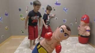 Супергерой и боксер против близнецов. Надувная боксерская груша неваляшка для детей