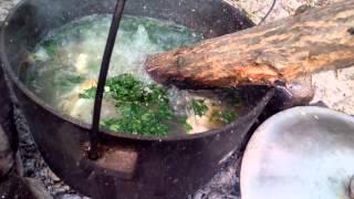 Как приготовить уху на костре (завершающий момент с поленом) Юшка из рыбы