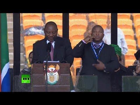 """""""Un impostor"""": El intérprete para sordos en la ceremonia por Mandela no 'decía' nada"""