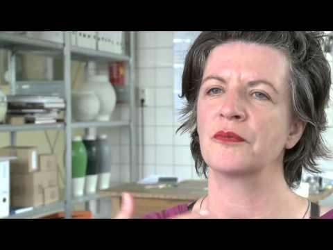 Ontwerper Hella Jongerius geïnterviewd over Tichelaar Makkum, porselein en het proces van maiolica