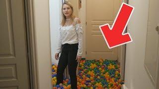 JE PIÈGE MA COPINE EN REMPLISSANT LES TOILETTES DE 15 000 BALLES EN PLASTIQUES !
