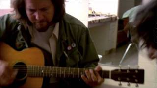 Eddie Vedder & EJ Barnes - Golden State (Water on the Road DVD).wmv