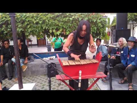 Alat musik tradisional saron yang dpukul dengan jari jari