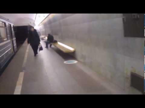 Спуск в метро, станция Цветной Бульвар