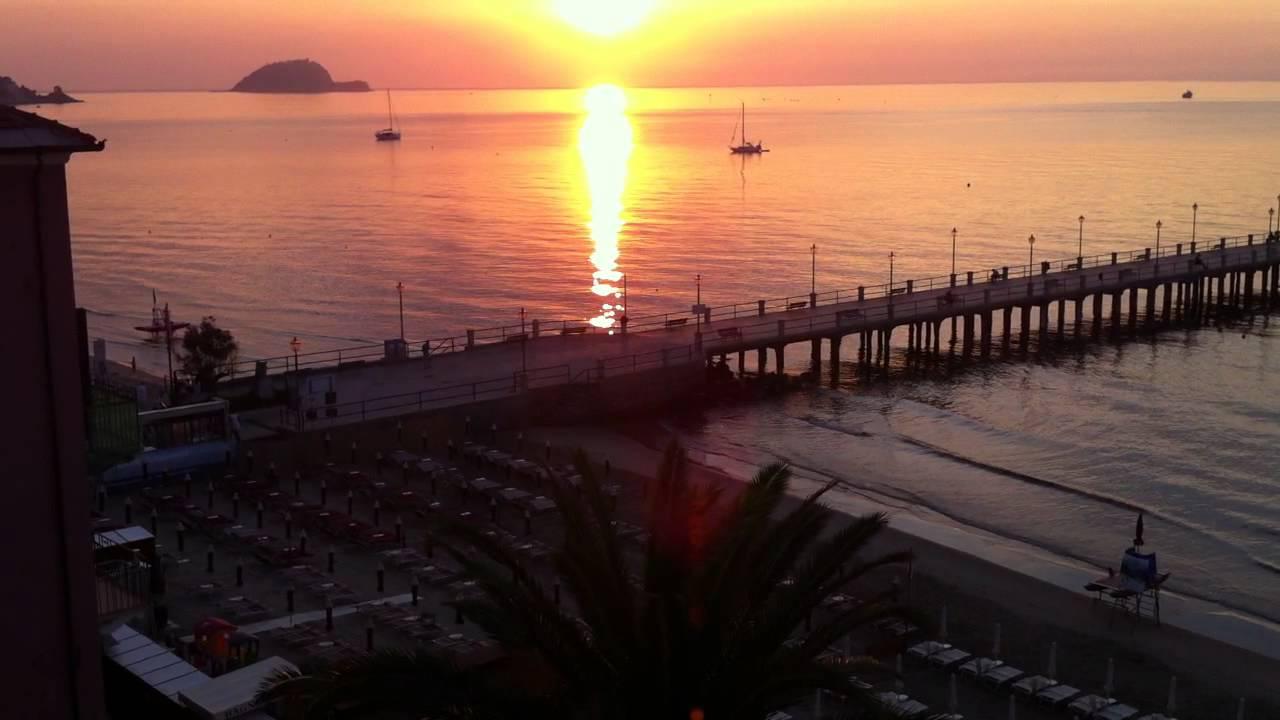 Alba e il molo di Alassio, l\'Isola Gallinara dal Residence Le ...