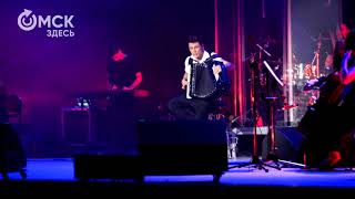 Петр Дранга исполняет песню Nirvana - Smells Like Teen Spirit на концерте с оркестром в Омске