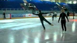 Простые элементы фигурного катания - дуги(Подробности тут: http://www.roller.ru/content/katanie_na_konkah/article-2843.html., 2011-01-02T11:56:51.000Z)