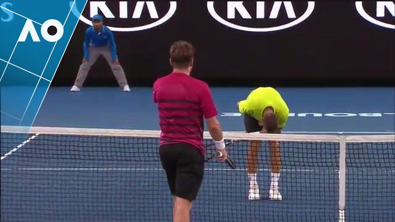 テニスの試合中に股間いにボールが直撃する。