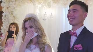 Братишки поздравляют сестру на свадьбе.
