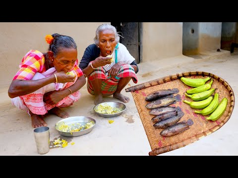 Climbing Perch Fish with Raw Banana Cooking by Tribe Grandmothers in Santali Tribal Village Cooking