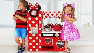 डियेना नए रसोई के खिलोनो के साथ खेलने का नाटक करती हैं / Diana kids stories