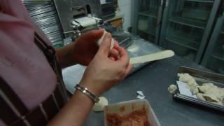 Секреты китайской кухни 1. Китайские пельмени за 7 секунд Chinese cook very quickly molds dumplings