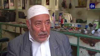 أبو هاني .. حلاق فلسطيني بدأ عمله منذ سنوات النكبة وما زال يقدم خدماته للزبائن - (23-11-2017)