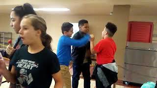Les enfants se battent pour la danse fortnite