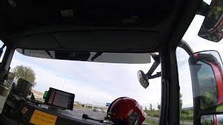 Schuimblusvoertuig uitruk voor brand in vrachtwagen