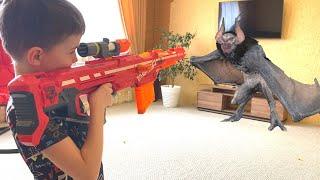 Bat invasion Нерф против летучей мыши летучая мышь вторглась в дом