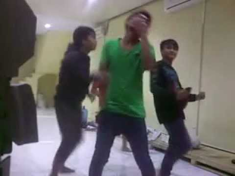 Download lagi dangdutan makassar heboh.mp4 on Mp3 or 3GP or FLV format