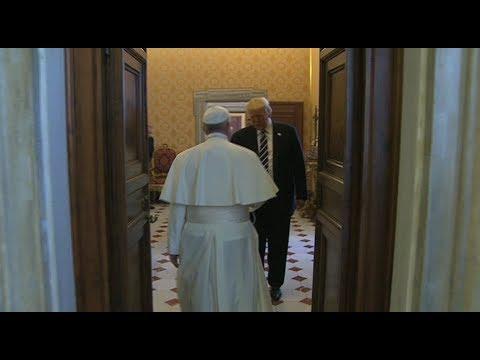Momento del saludo entre Francisco y Donald Trump