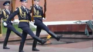 Почетный караул у могилы неизвестного солдата.