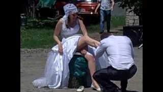 Жених снимает подвязку с невесты