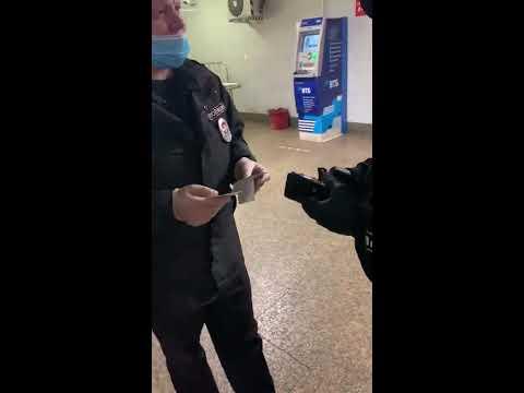 Незаконная проверка полиции возле входа у Московского метро станции Савёловская.