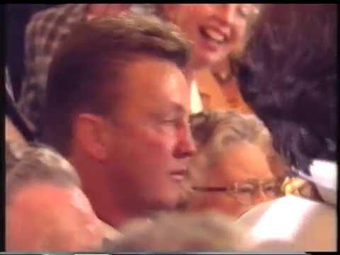 Een huilende Louis van Gaal bij zijn afscheid van Ajax