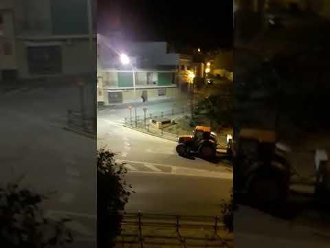 Un agricultor fumiga las calles con su tractor en Morón de la Frontera