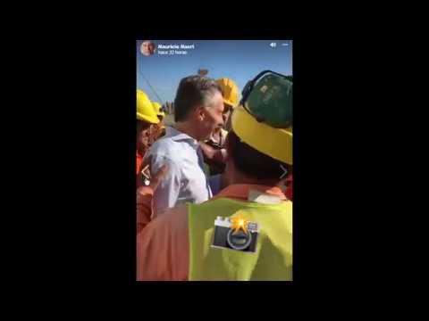 El gesto peronista de un trabajador ante Macri en un acto