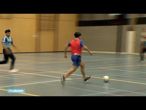 Midden in de nacht voetballen tijdens de ramadan: 'Anders hangen ze op straat'  - RTL NIEUWS