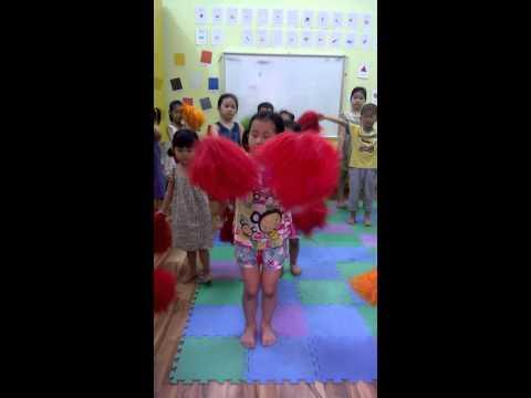 Mia và An tập múa Aerobic