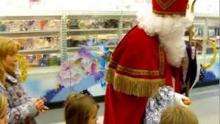 Sankt Nikolaus und Knecht Ruprecht verteilen Geschenke