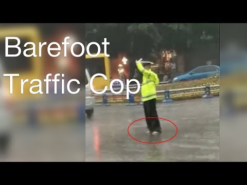 Cop directs traffic while barefoot in SW China
