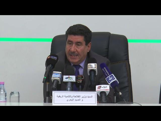 وزير الفلاحة  شريف عماري خلال اجتماعه بالإطارات  لتقييم حملة الحصاد و الدرس  2018/2019
