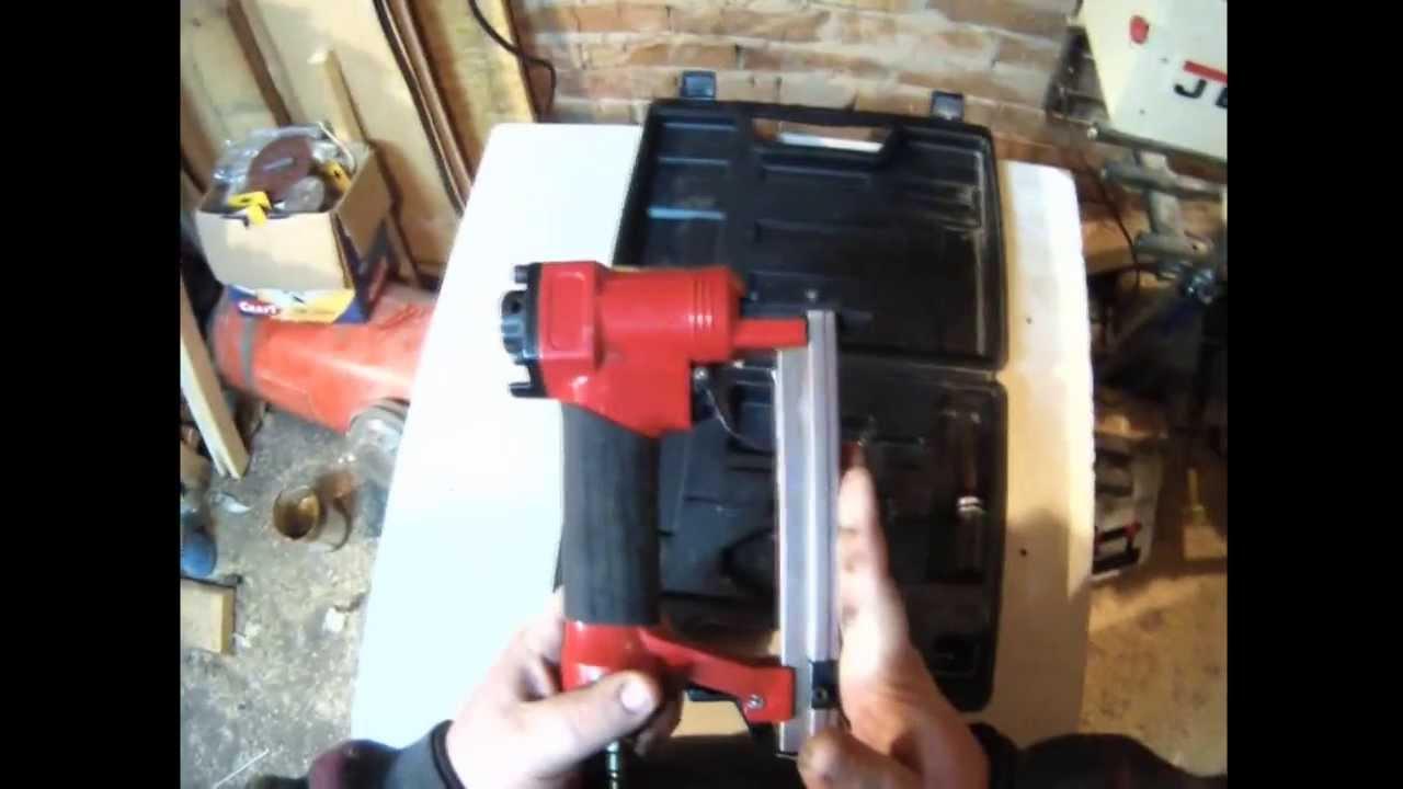 Intertool pt-1610 — пневматический степлер под скобу, широко применяемый в мебельной промышленности и строительно-ремонтных работах. Одним из главных его достоинств является наличие механизма быстрой загрузки скоб, что существенно повышает скорость и эффективность работы.