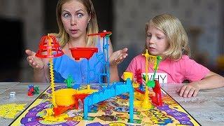 МИЛАНА Нашла НОВУЮ Игру МЫШИНАЯ ЛОВУШКА! Челлендж Мама и Дочка Для детей от Family Box
