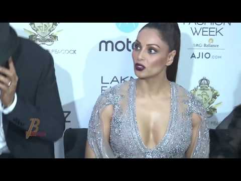Bipasha Basu Oops Moment At Lakme Fashion Week Summer Resort 2017