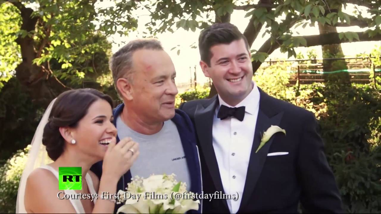 Tom Hanks Photobombs Wedding Couple In Central Park YouTube - Tom hanks accidentally crashed this couples wedding photoshoot and its just perfect