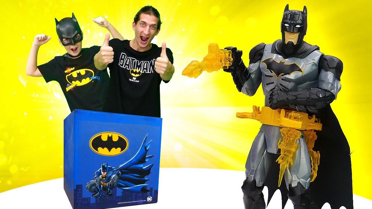 Бэтмен спасает город от злодеев! Игрушки для мальчиков. Крутые майки, наклейки и аксессуары Бэтмен.