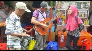 Awalnya dikira biasa saja tapi begitu Kakek Pengamen ini main Gitar dan Kendang wow Keren Bangettttt