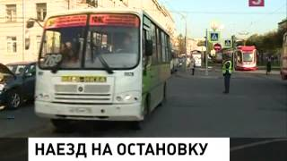 В Петербурге автомобиль въехал в остановку общественного транспорта