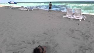 20141026 マイアミ Miami:砂浜に埋もれた男 The man who is buried to the beach