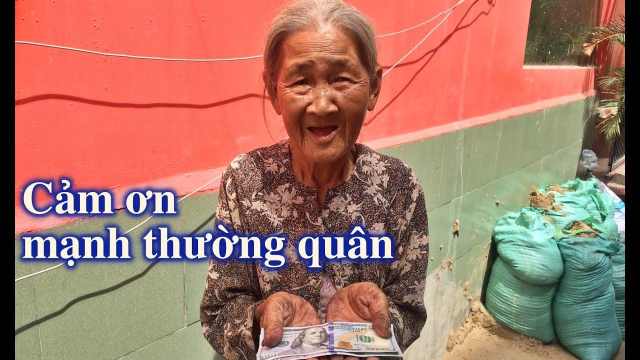 Trao tiền cho bà cụ 87 tuổi lượm ve chai