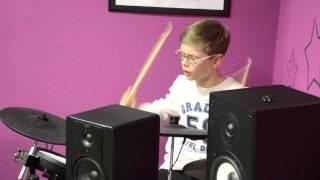 Мальчик шикарно играет на барабанах