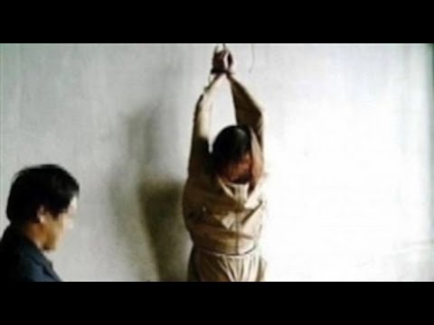 Mujer torturando sexualmente a un hombre