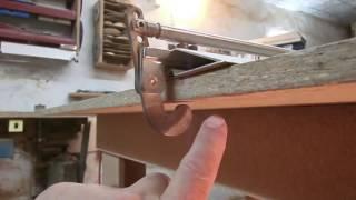 быстрофиксируемая прижимная продольная линейка-упор для распиловочного стола своими руками