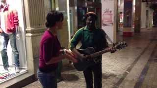 певица Асти поет с уличным музыкантом в Греции
