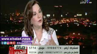 الروائية نوال مصطفى تسجل ملاحظاتها على جلسات مؤتمر الشباب.. فيديو