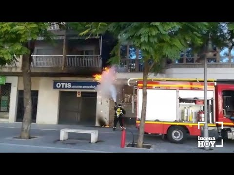 VÍDEO: Los bomberos controlan el incendio del cableado exterior de un inmueble de Plaza Cristo de la Sangre